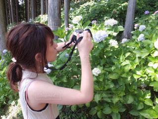 ツリーの前で立っている女の子の写真・画像素材[1216672]