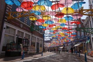近くの街の通りに傘をの写真・画像素材[1216685]