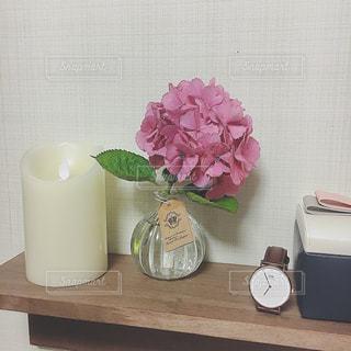 テーブルの上のピンクの花の写真・画像素材[1243836]