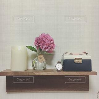 テーブルの上のピンクの花で一杯の花瓶の写真・画像素材[1243849]