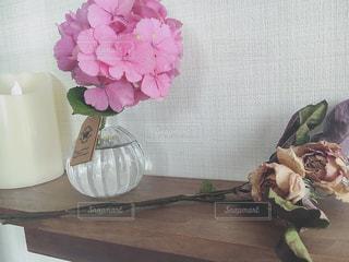 テーブルの上の花の花瓶をのせた白プレートの写真・画像素材[1249690]