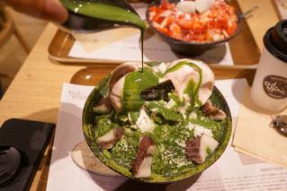 テーブルの上に食べ物のプレートの写真・画像素材[1352671]