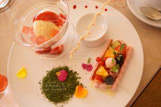 テーブルの上に食べ物のプレートの写真・画像素材[1352674]