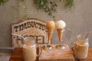テーブルの上のコーヒー カップの写真・画像素材[1352731]