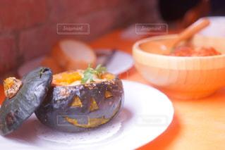 テーブルの上に食べ物のプレートの写真・画像素材[1466302]
