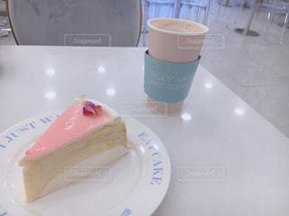 コーヒー カップの横にある皿の上のケーキの一部の写真・画像素材[1466311]