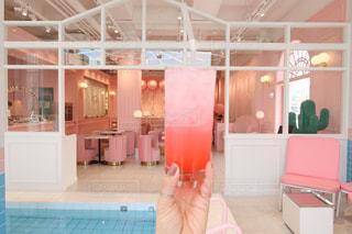 ピンクの部屋の人の写真・画像素材[1466322]