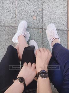 近くに青と黒の靴を履いて足のアップの写真・画像素材[1592359]