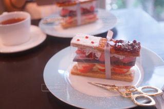 テーブルの上の皿にケーキの写真・画像素材[1666225]