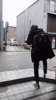 建物の前に立っている人の写真・画像素材[1695939]