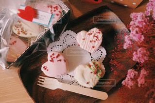 木製テーブルの上に座っているケーキの写真・画像素材[1776483]