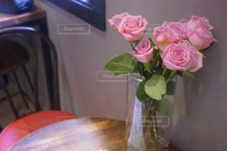テーブルの上のピンクの花で一杯の花瓶の写真・画像素材[1786150]