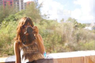 携帯電話で通話中の女性の写真・画像素材[1830436]