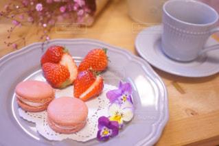 皿に一枚のケーキの写真・画像素材[2141694]