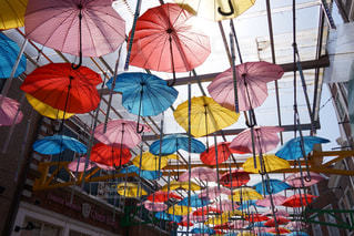 カラフルな傘の写真・画像素材[2182033]