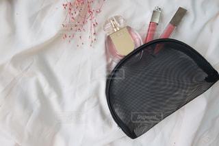 赤い毛布が付いたベッドの写真・画像素材[2342238]