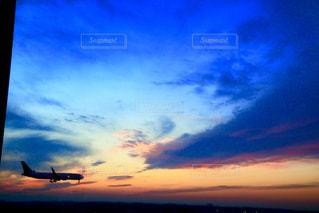 空を飛んでいる飛行機の写真・画像素材[2094327]