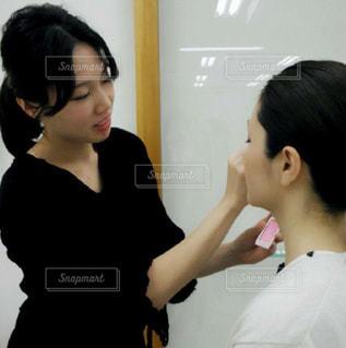 メイクをする女性の写真・画像素材[823137]