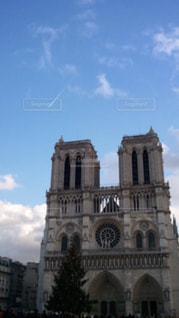 建物の前に大きな時計塔の写真・画像素材[798485]