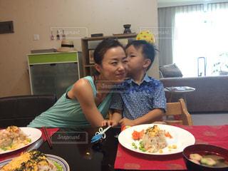 食品のプレートをテーブルに座って若い男の子の写真・画像素材[768978]
