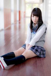 廊下に座る女子高生の写真・画像素材[858017]