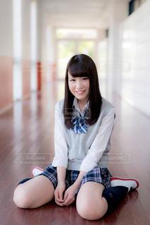 廊下に座る女子高生の写真・画像素材[858021]