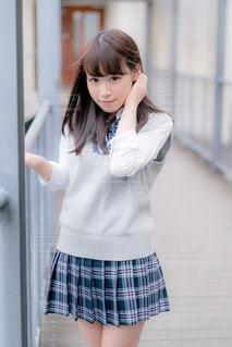 渡り廊下を歩く女子高生の写真・画像素材[858035]