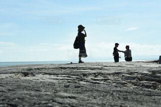 砂浜の上に立つ人々 のグループの写真・画像素材[1215219]