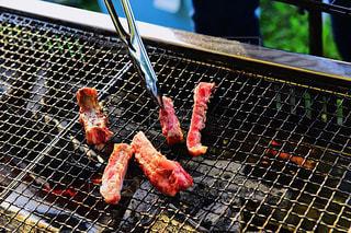 バーベキュー 肉を焼くの写真・画像素材[1229181]