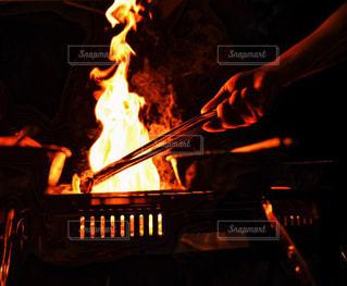夜のバーベキュー 肉を焼くの写真・画像素材[1229186]
