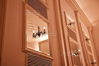 チャペル内のインテリア ロウソクの灯りと鏡の写真・画像素材[1231076]