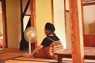 扇風機の風に当たって癒されてる女の子の写真です。の写真・画像素材[1231683]