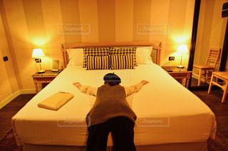 ベッドにダイブした女の子の写真・画像素材[1231715]