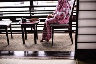 和室の窓際に座る浴衣少女の写真・画像素材[1231728]