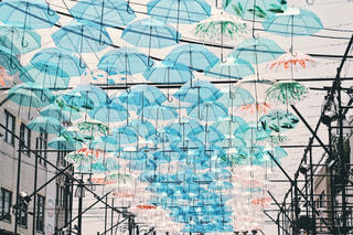 傘の行列 フィルム加工の写真・画像素材[1234152]