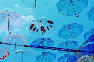 空,街並み,雨,傘,屋外,雲,青空,晴天,青,アート,イベント,デザイン,梅雨,模様,天気,art,景観,スカイ,複数,アンブレラ,umbrella,傘アート