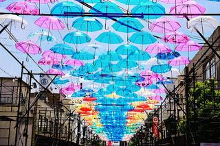 風景,空,街並み,雨,傘,ピンク,赤,カラフル,青空,晴天,青,黄色,アート,Instagram,街,背景,イベント,ブルー,あめ,グリーン,梅雨,作品,art,景観,彩り,アンブレラ,umbrella,インスタ映え,傘アート