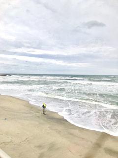 秋の海岸の釣り人の写真・画像素材[1632885]
