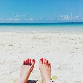 砂浜に座る人の写真・画像素材[1321329]
