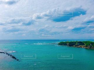 海の横にある水の大規模な体の写真・画像素材[1321385]