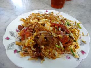 テーブルの上に食べ物のプレートの写真・画像素材[813594]