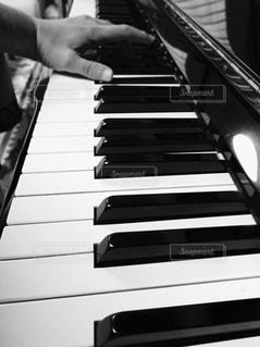 鍵盤を叩く手の写真・画像素材[827208]