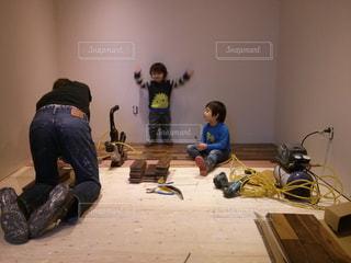 子ども,家族,屋内,DIY,床,赤ちゃん,リノベーション,男の子,兄弟,子ども部屋