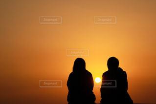 風景,夕日,カップル,後ろ姿,景色,オレンジ,人物,背中,人,後姿,夕陽,シャドウ,距離