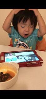 小さな女の子のテーブルに座っての写真・画像素材[1453015]