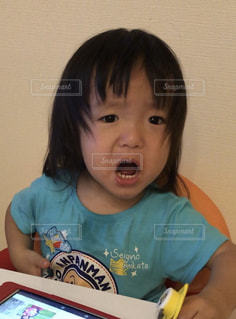 テーブルに座っている少女の写真・画像素材[1466461]