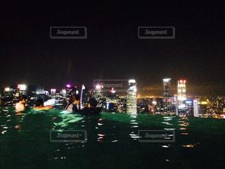 夜の交通信号の写真・画像素材[717637]