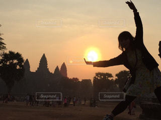 日没の前に立っている男の写真・画像素材[742688]