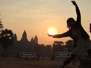 日没の前に立っている男の写真・画像素材[787814]