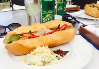 テーブルの上に食べ物のプレート - No.804623
